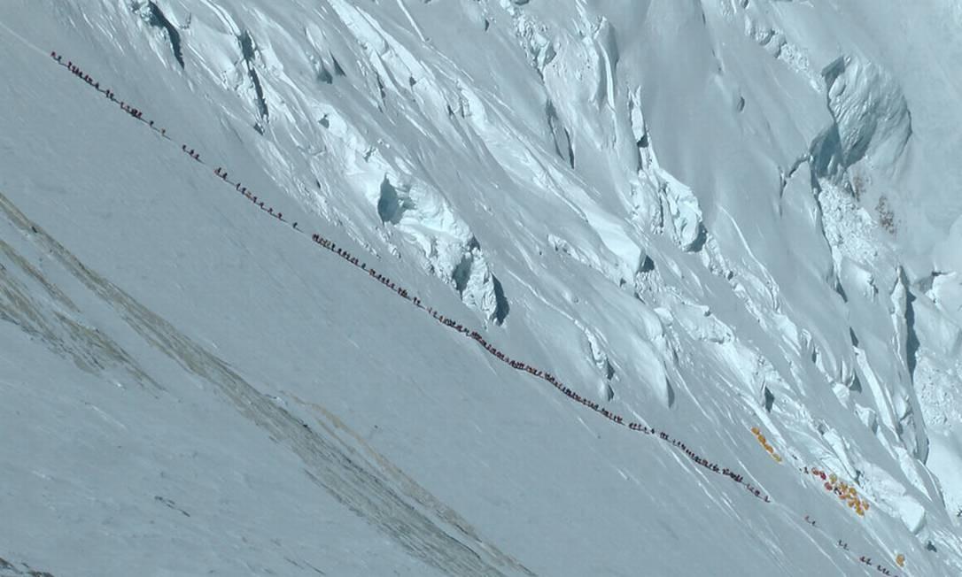 Fila de escaladores na Montanha do Everest Foto: The Guardian / Ralf Dujmovits
