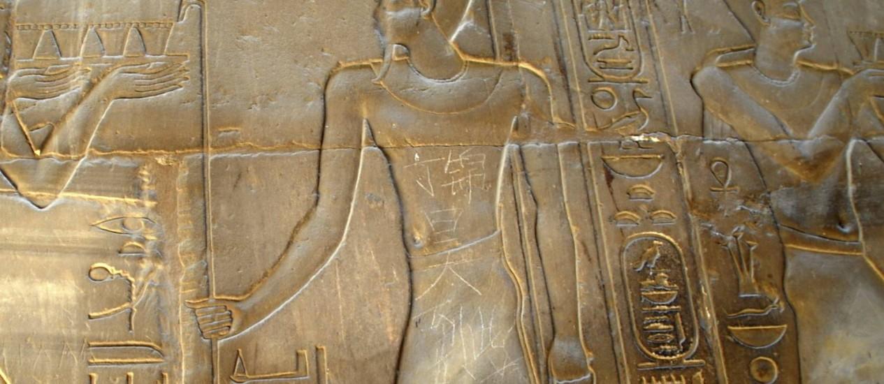 'Ding Jinhao esteve aqui', diz o rabisco em mandarim na escultura milenar egípcia no Templo de Luxor Foto: AP