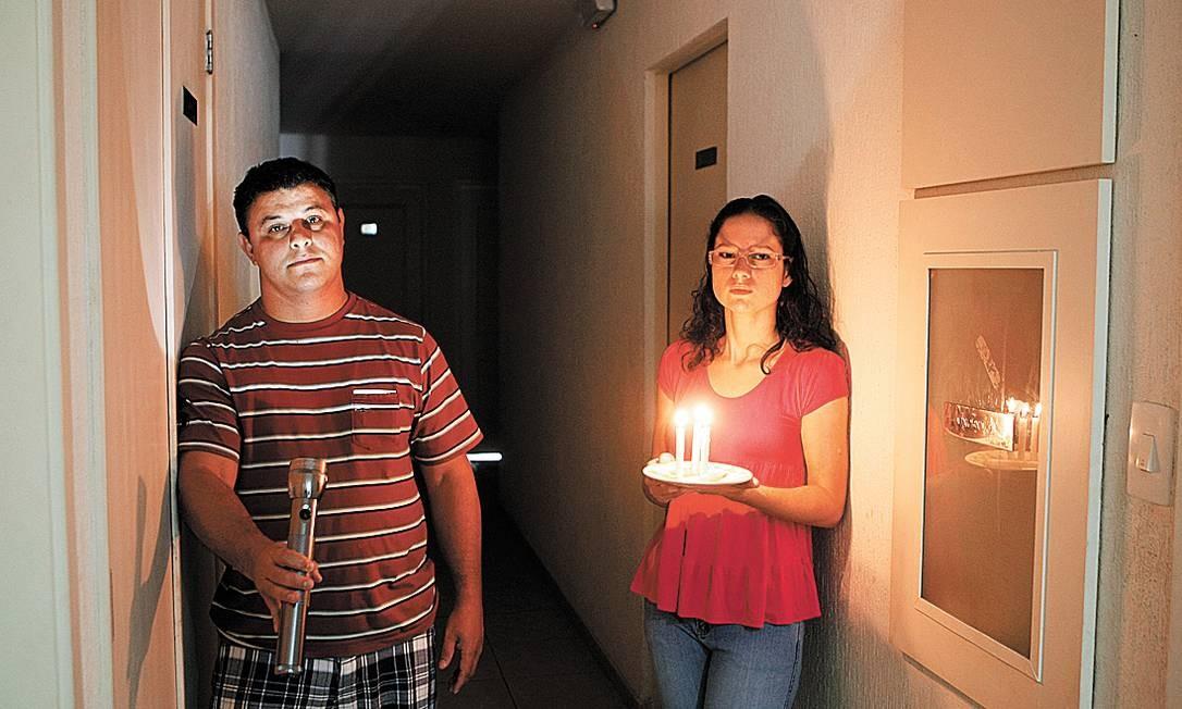 No escuro. Marcelo Garcia e sua vizinha Débora Percontine sofrem com os blecautes na Rua Aroazes Foto: Agência O Globo / Eduardo Naddar