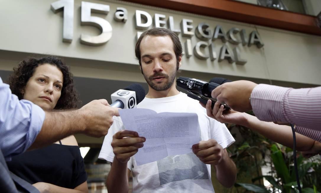 O músico Bernardo Botkay, agredido pelo prefeito Eduardo Paes, retira a queixa na 15ª DP, na Gávea Foto: Fabio Rossi / O Globo