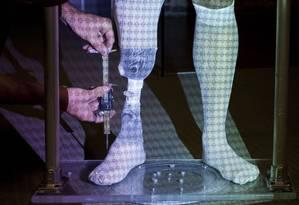 Modelagem: escâner a laser é usado pela Bespoke para produzir revestimentos sob medida para próteses de perna Foto: Peter DaSilva/The New York Times