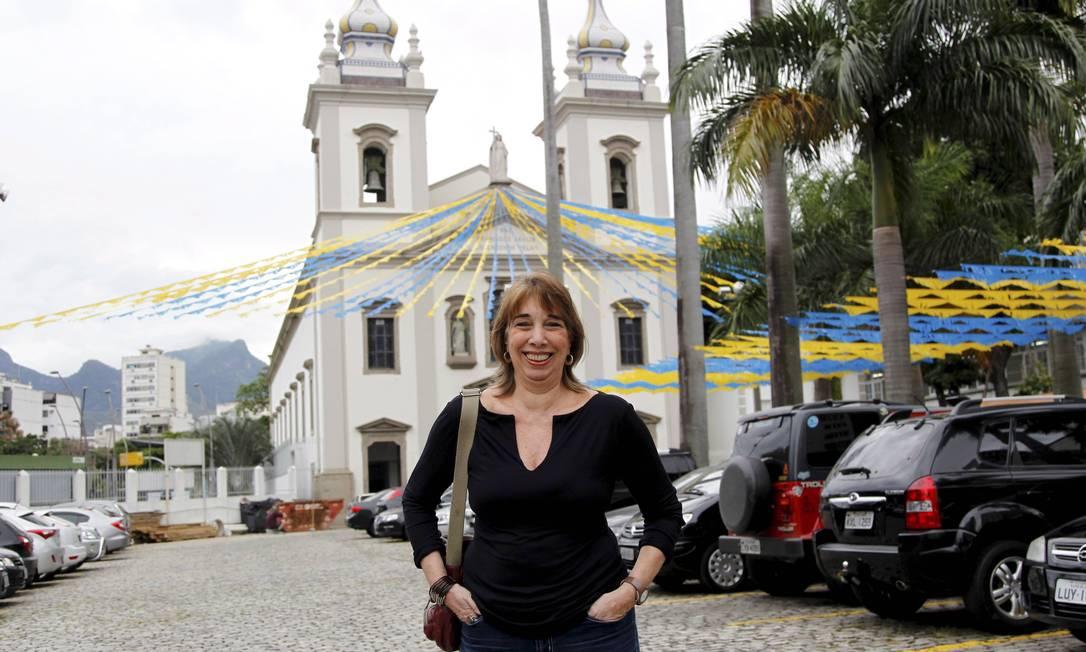 A moradora Sonia Fragozo, que se diz tijucana de carteirinha, retornou ao bairro, após um exílio de dez anos; na foto, ela está à frente da Igreja São Francisco Xavier Foto: Marcelo Piu / O Globo