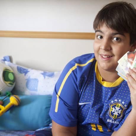 Humberto Berenger mostra seus ingressos em jogos no Maracanã. Para ele, o Maraca segue uma evolução natural Foto: Ana Branco