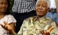 Nelson Mandela acompanhado de sua filha Makaziwe em 2005