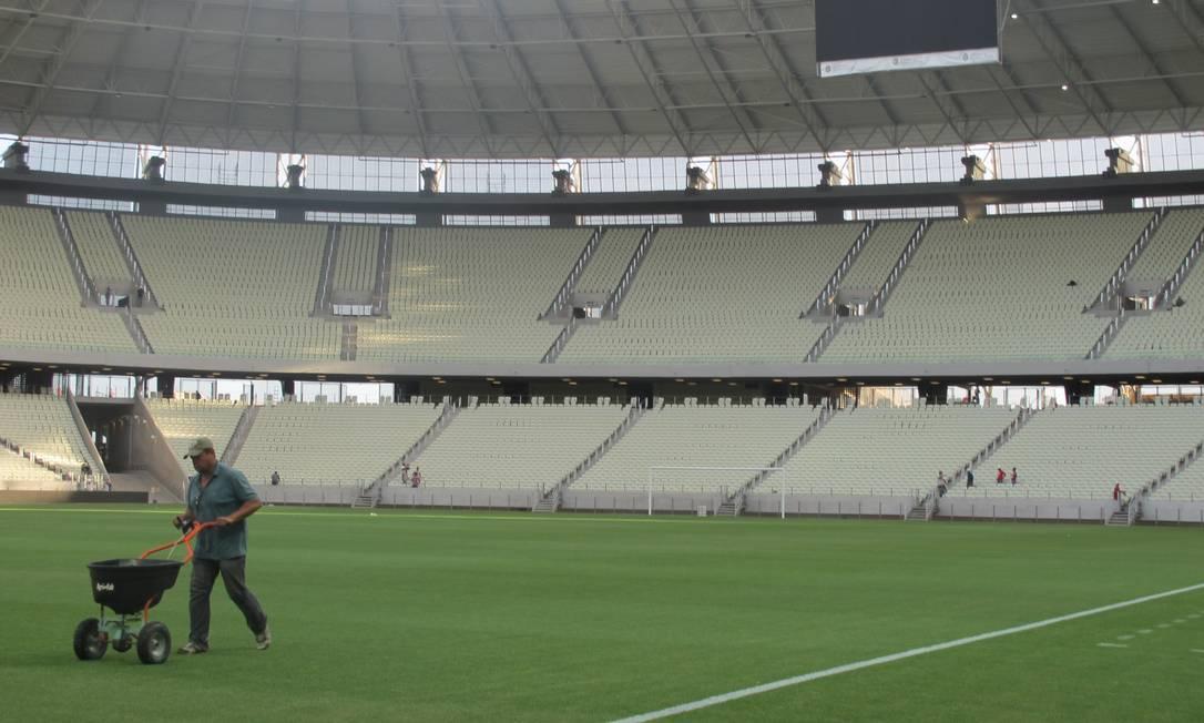 Funcionário cuida do gramado do Castelão, onde o Brasil enfrentará o México pela Copa das Confederações Foto: Gabriel Cariello / O Globo