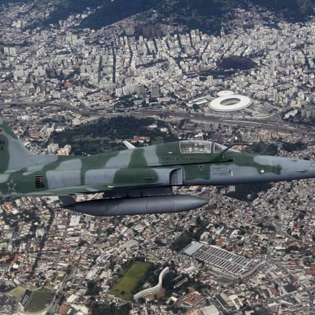 Um caça F-5 sobrevoa a região do Maracanã na simulação que envolveu a interceptação de um avião suspeito, no espaço aéreo do Rio, no momento de um jogo Foto: Marcelo Carnaval / O Globo