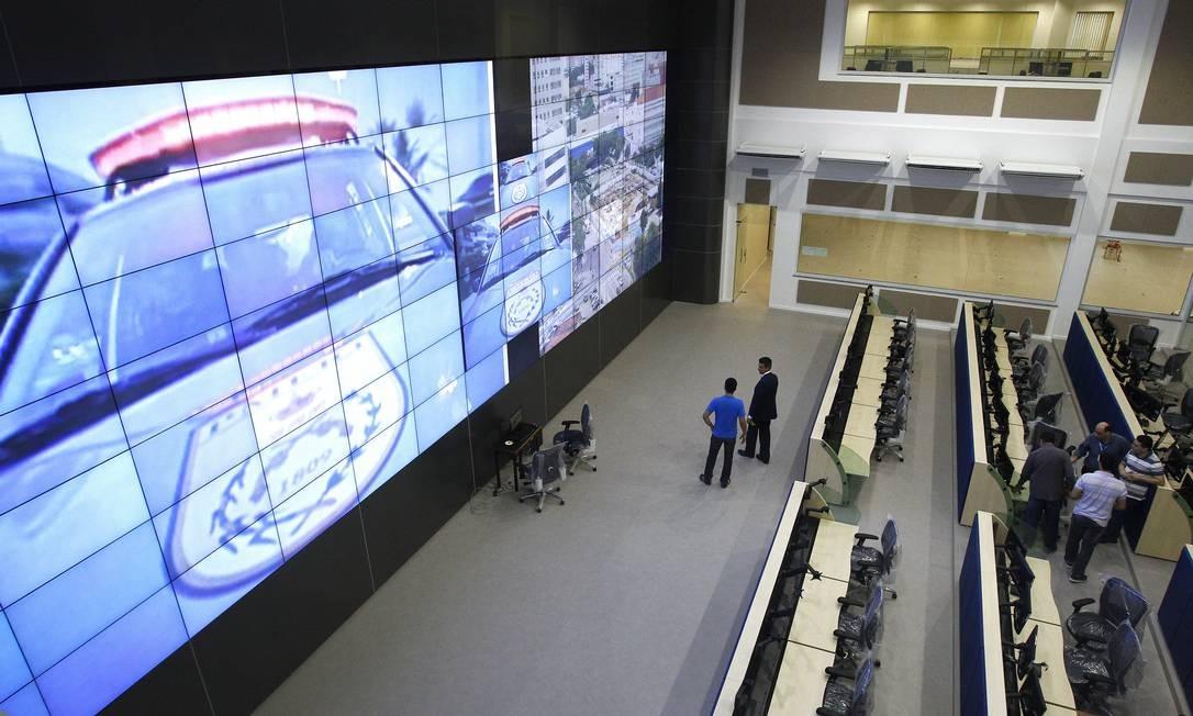 No centro, um painel reúne 98 telas, no qual poderão ser vistas imagens de câmeras da prefeitura e da PM Foto: Pablo Jacob / O Globo