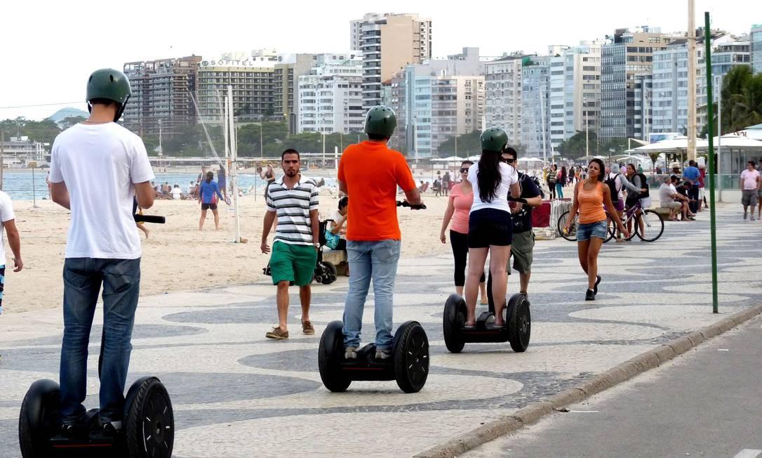 Os carros elétricos em teste na orla de Copacabana no último fim de semana: estreia é nesta quinta-feira Foto: Divulgação