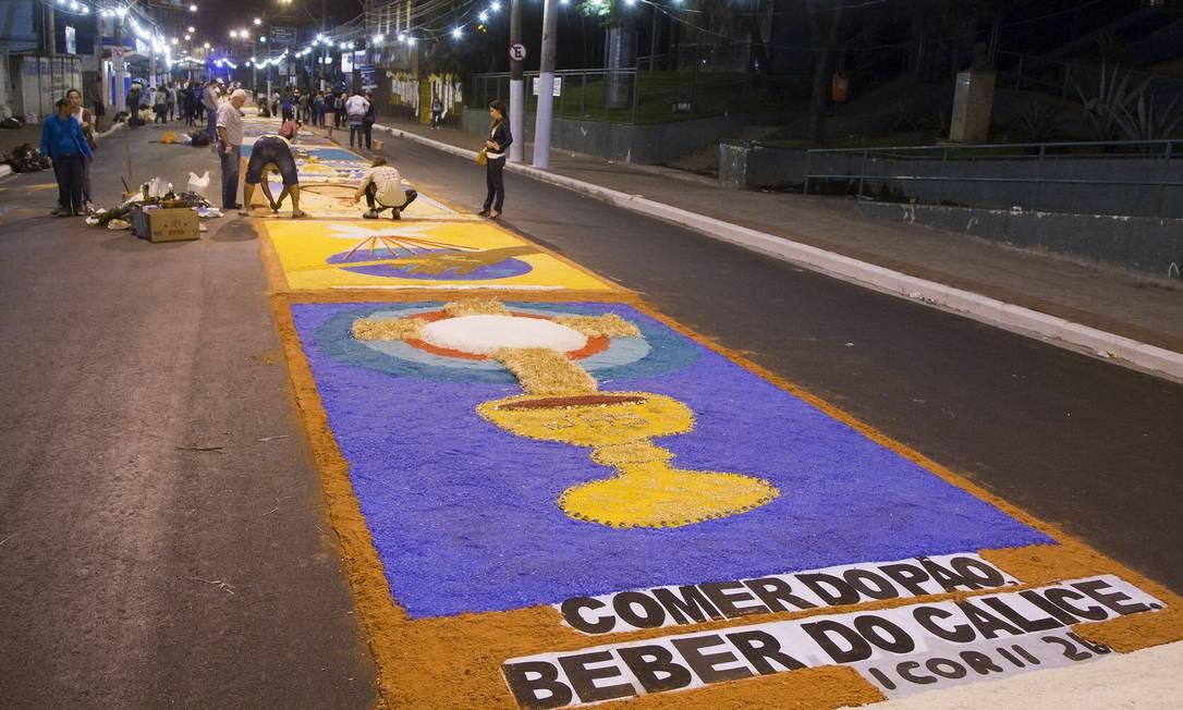 Últimos retoques na preparação do tapete de Corpus Christi, na Rua Feliciano Sodré, em São Gonçalo Foto: Fernando Quevedo / Agência O Globo