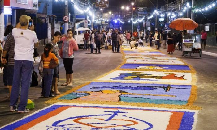 O imenso tapete de sal na Rua Feliciano Sodré, em São Gonçalo Foto: Fernando Quevedo / Agência O Globo