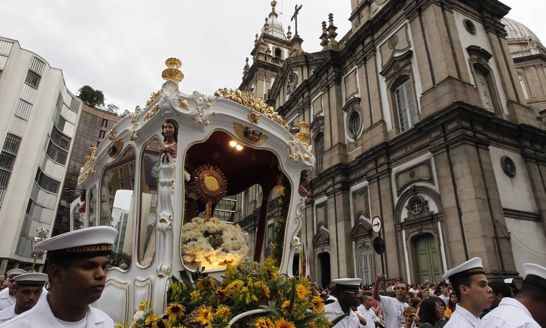 A procissão de Corpus Christi sai da Igreja da Candelária e vai até a Catedral Metropolitana do Rio Foto: Domingos Peixoto / O Globo