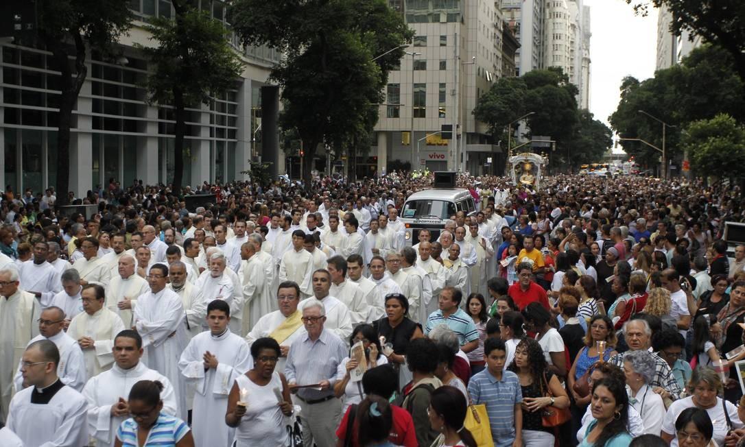 Com celebrações, diversas vias do Centro do Rio sofrem interdições na tarde desta quinta-feira Foto: Domingos Peixoto / Agência O Globo