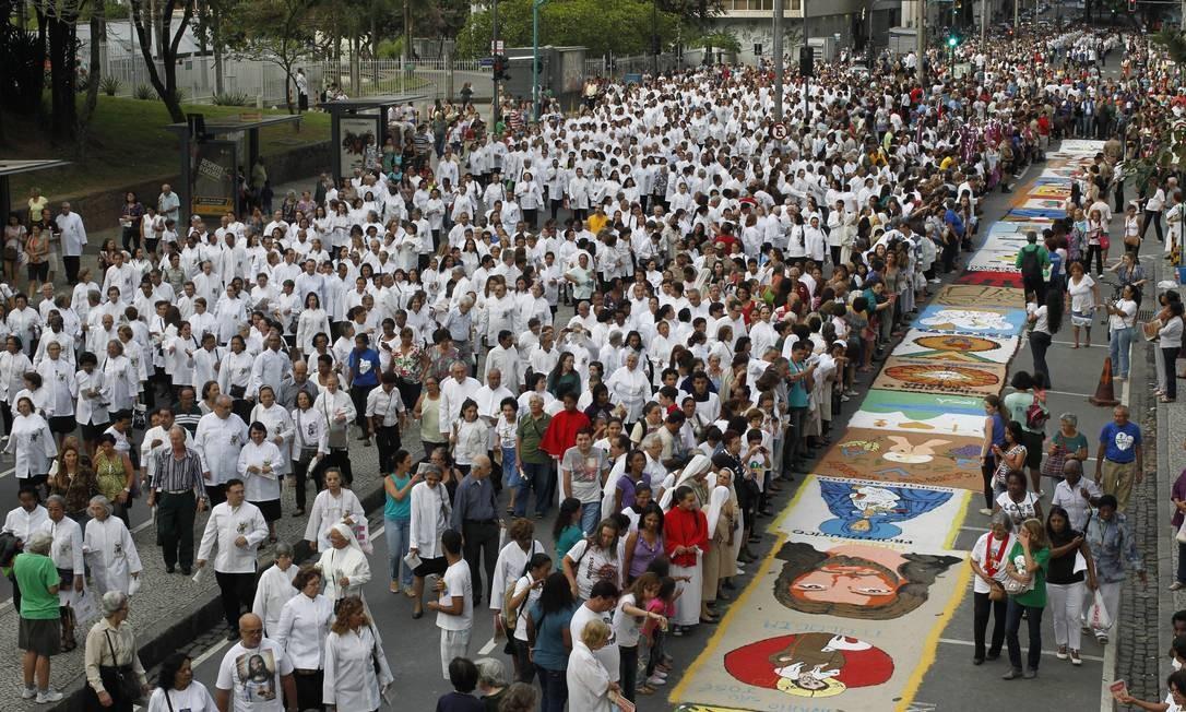Multidão observa o tradicional tapete de sal durante a procissão de Corpus Christi no Centro do Rio Foto: Domingos Peixoto / O Globo