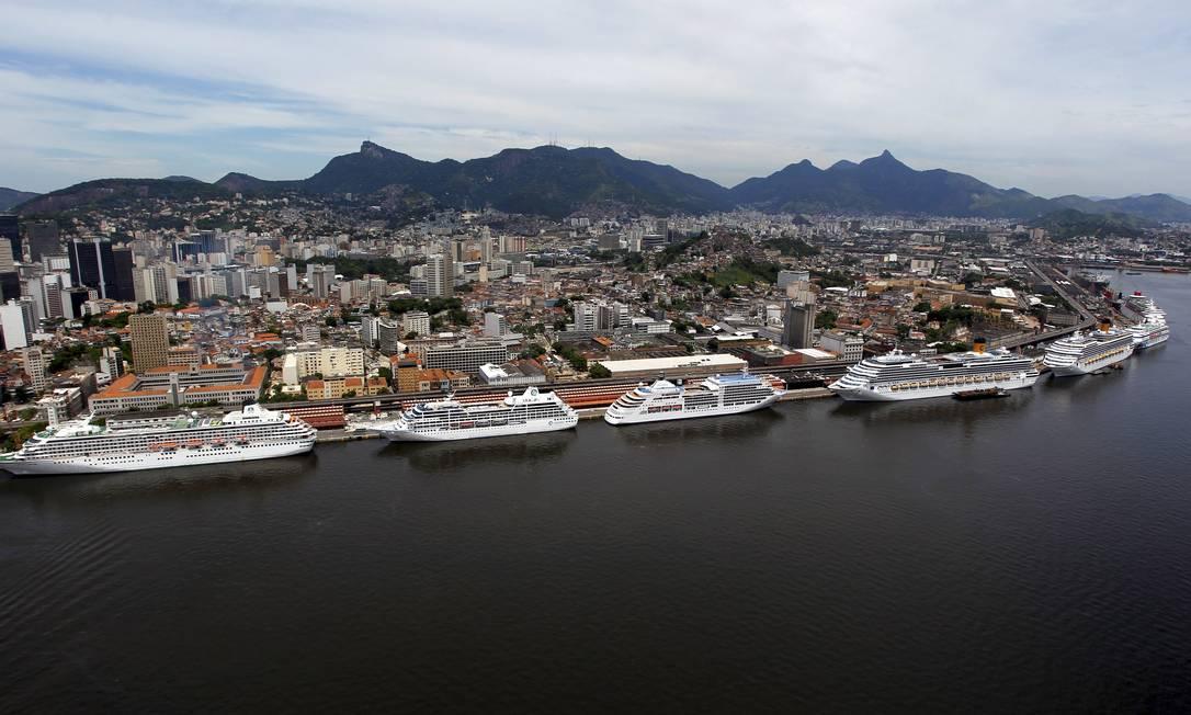 Transatlânticos atracados no Porto: o projeto do novo píer poderá dar fim à barreira que impede a visão do mar Foto: Custódio Coimbra - 19/02/2012 / O Globo