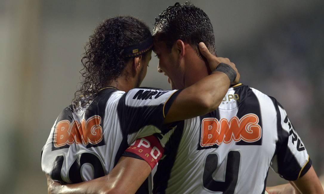 Ronaldinho e Réver comemoram o gol do Atlético-MG no empate com o Tijuana Foto: Douglas Magno / AFP