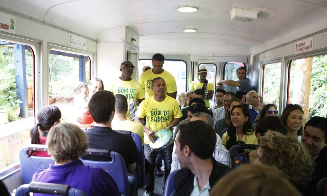 Grupo Bom de Samba se apresenta há dez anos no Trem do Corcovado Foto: Eduardo Naddar / Agência O Globo