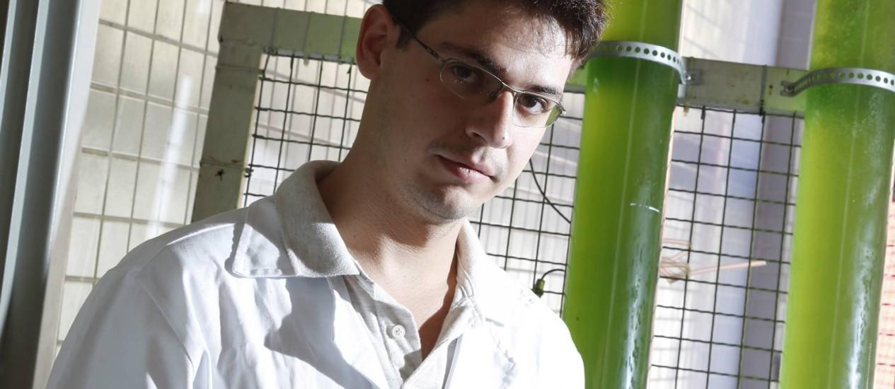 Diogo atua em uma pesquisa para a absorção de dióxido de carbono por microalgas na UFRJ Foto: Camilla Maia / Agência O Globo