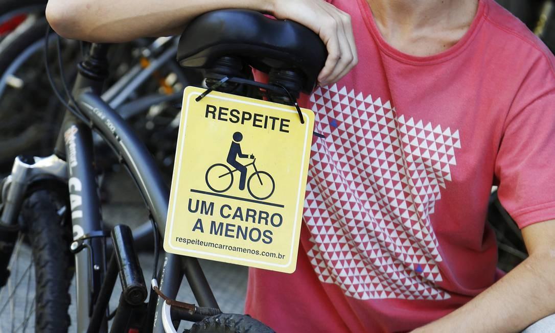 Carlos Eduardo mora em Botafogo e usa a bicicleta para ir à aula na PUC, na Gávea, duas vezes por semana Camilla Maia / Agência O Globo