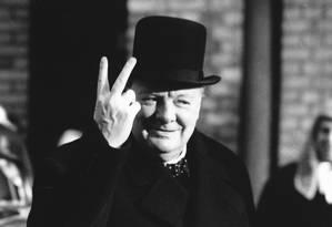 Churchill faz o sinal de vitória em novembro de 1942: discursos do ex-primeiro-ministro ajudaram a manter a moral do povo britânico na luta contra a Alemanha nazista Foto: Latinstock