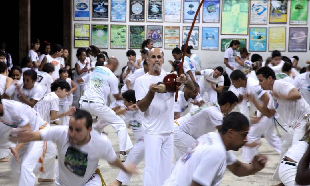 Aulão. Mestre Camisa toca berimbau durante treino no seu sítio para moradores das redondezas Foto: Terceiro / divulgação/raquel silva