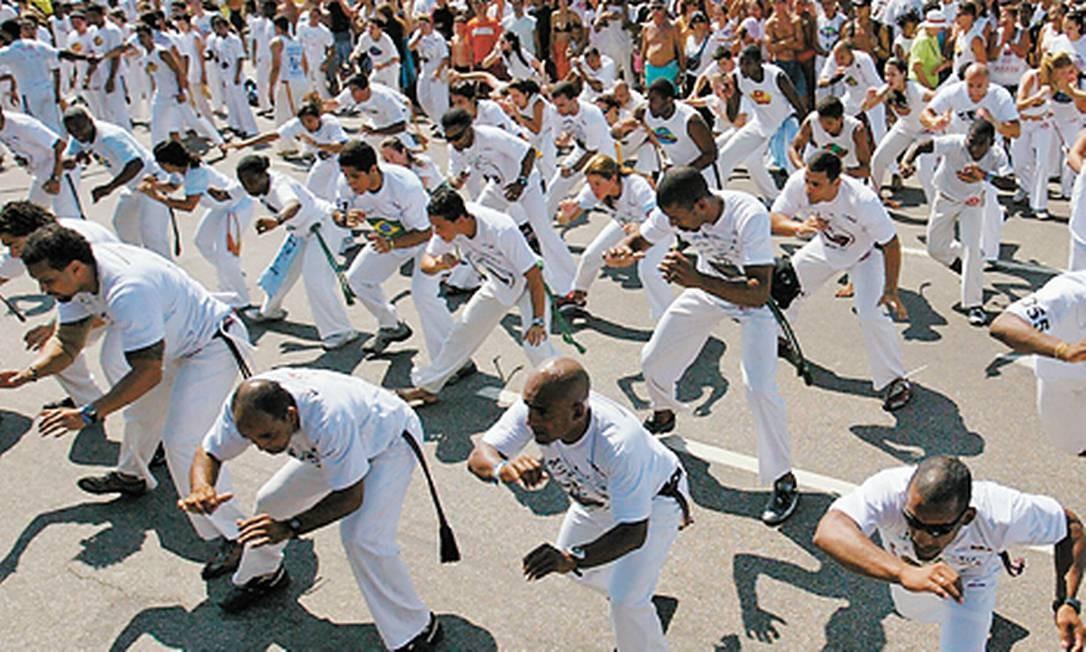 Aulão promovido pelo Mestre Camisa na Avenida Atlântica em 2005, por causa do Festival Internacional da Capoeira. Foto: Custódio Coimbra / Agência O Globo