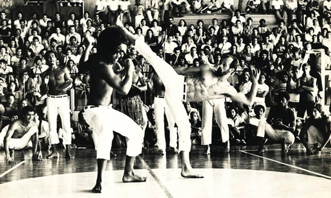 Mestre Camisa aplica golpe durante apresentação no início dos anos 80. Abadá-Capoeira foi criada em 1988, reunindo filosofia e método de ensino criados pelo baiano de 58 anos Foto: Acervo Pessoal / Agência O Globo