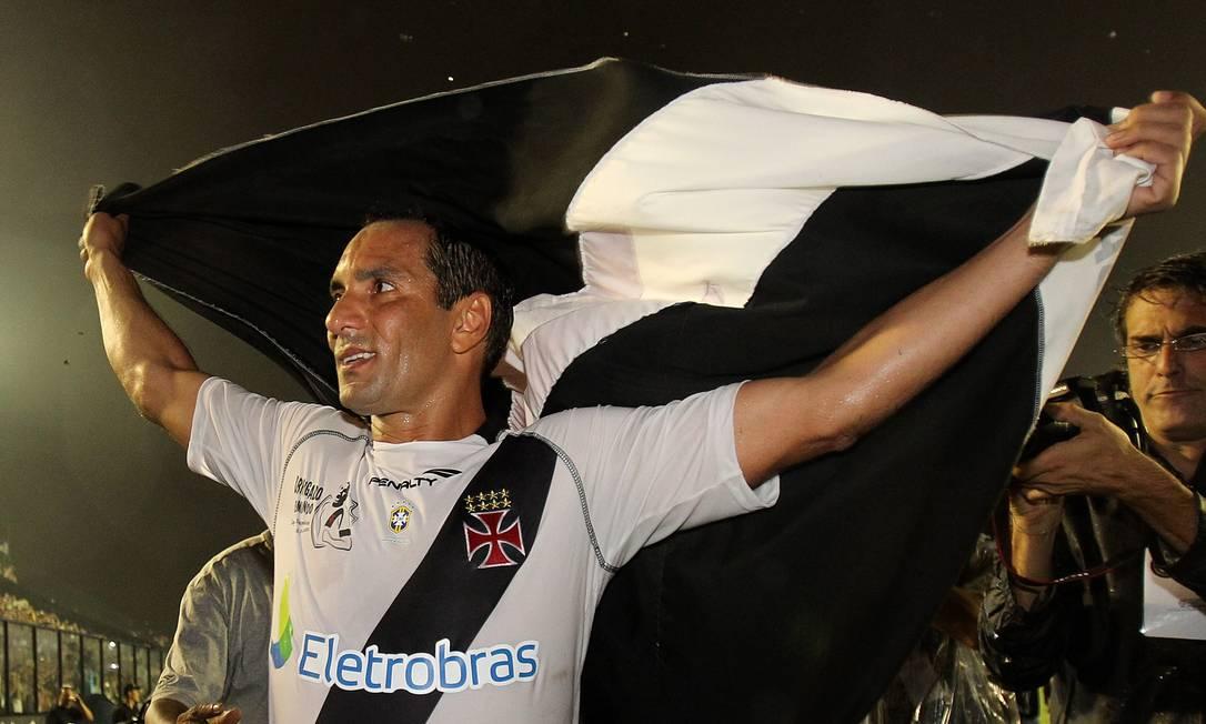 Edmundo em jogo amistoso para sua despedida no estádio de São Januário, em março do ano passado Foto: Alexandre Cassiano / Agência O Globo