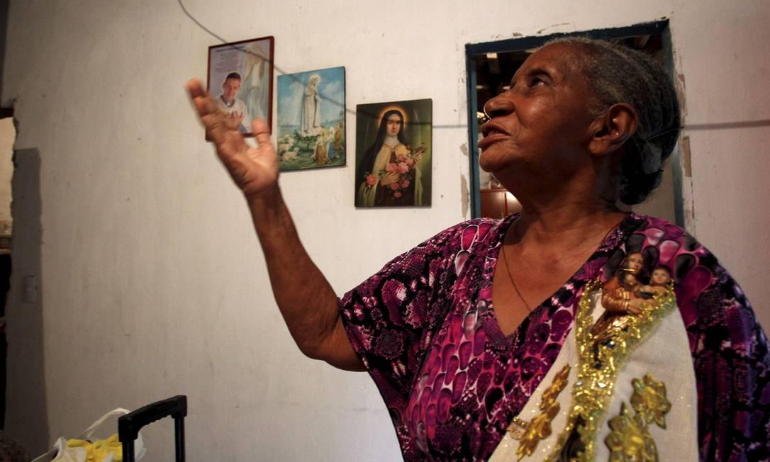 Isolina de Jesus Oliveira Dias arrisca um de seus cânticos na casa em Ilha de Guaratiba onde irá abrigar peregrinos Foto: Custódio Coimbra / O Globo