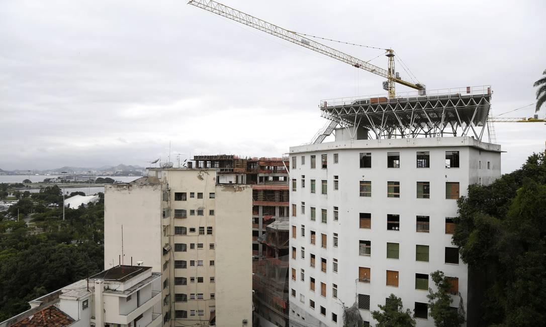 A obra do complexo hoteleiro, que inclui um heliponto, na Glória: queixas de moradores Foto: Fábio Rossi / O Globo