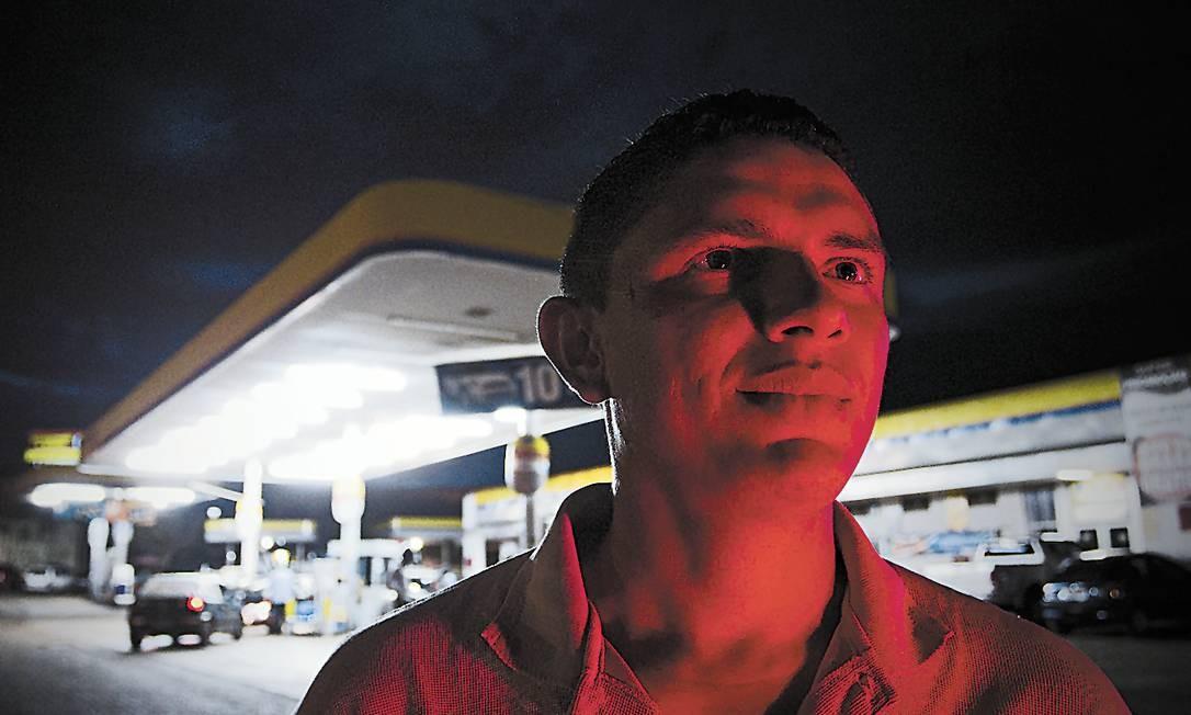 Reservado. Francenildo preferiu dar entrevista em estacionamento de posto de gasolina para não chamar atenção de colegas e vizinhos Foto: André Coelho
