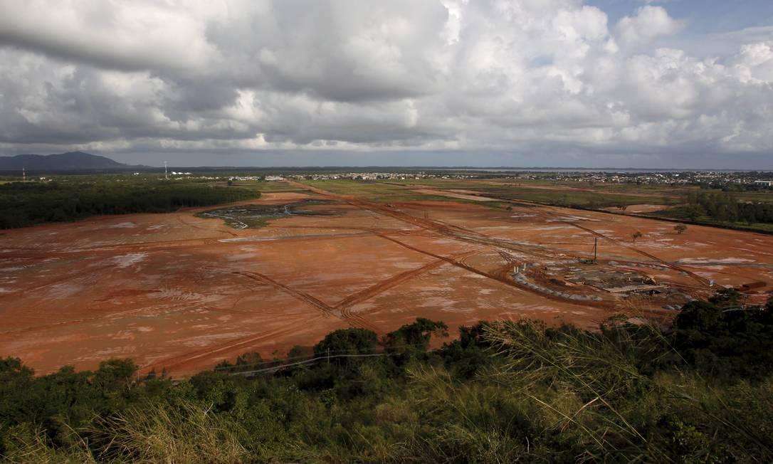 Futuro incerto. Ainda vazio, o terreno da JMJ: ao fundo é possível ver as construções da favela do Rio Piraquê, uma das que mais cresceram no Rio Foto: Fotos de Custódio Coimbra