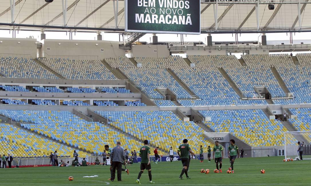 A seleção brasileira faz seu primeiro treino no novo Maracanã, na véspera de enfrentar a Inglaterra na reabertura do estádio Foto: Cezar Loureiro / Agência O Globo