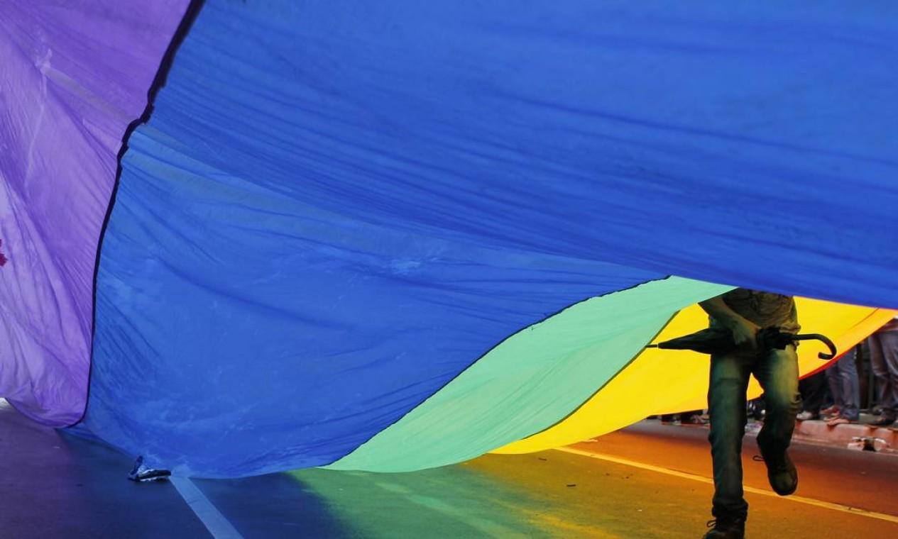 Cores do arco-íris cobrem o asfato paulistano Foto: Michel Filho / Agência O Globo