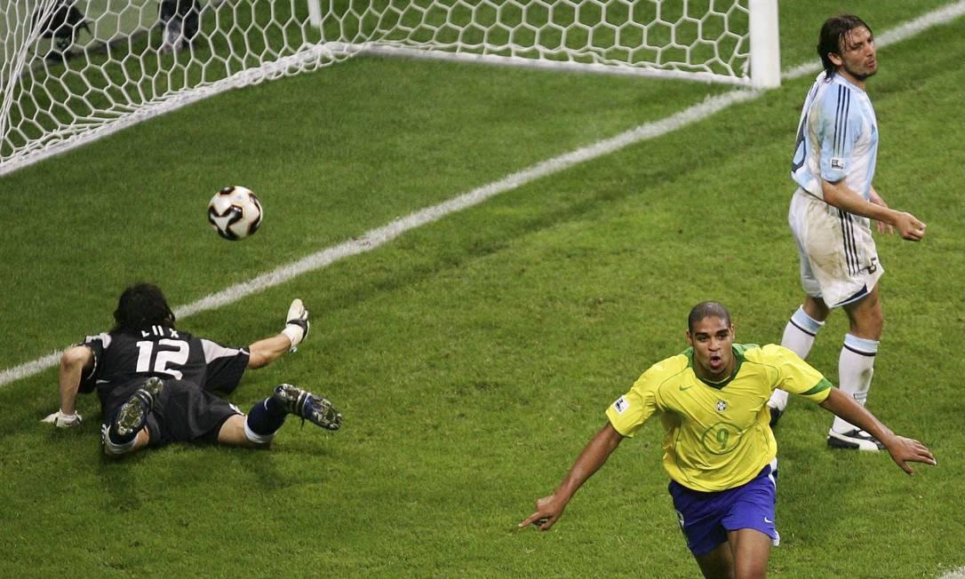 Adriano comemora o quatro gol do Brasil, o seu segundo, sobre a Argentina na final da Copa das Confederações de 2005 Foto: Michael Sohn/AP/29-6-2005