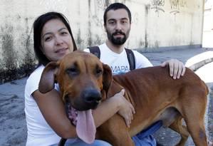 Mikael Peric e a amiga Maria Rosa Rodrigues cuidam do Mapaa Foto: Eliária Andrade / Agência O Globo