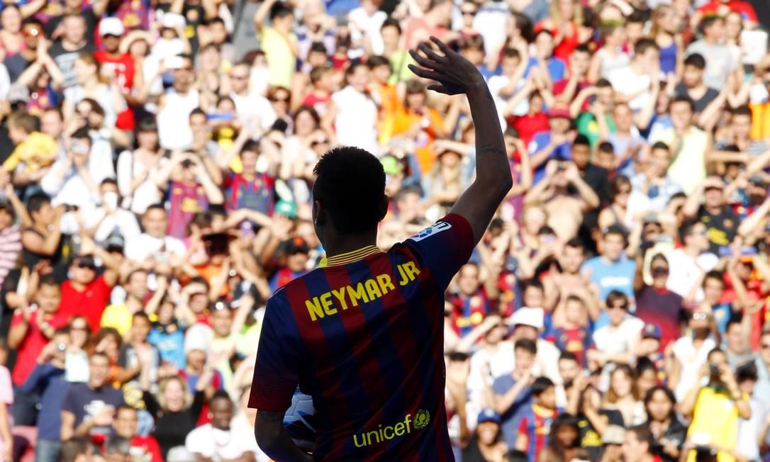 Na nova camisa, o craque usa a assinatura Neymar Jr, como já fizera no Santos Foto: GUSTAU NACARINO / REUTERS