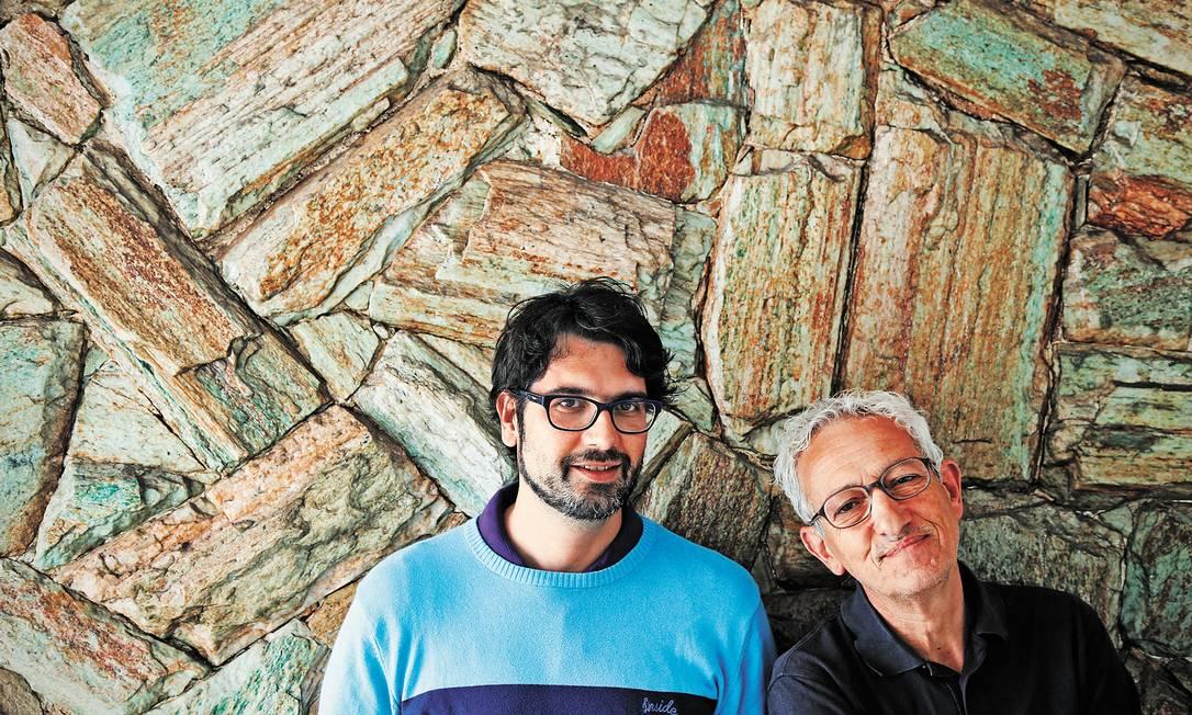 Duas gerações. Com trajetórias distintas, o jovem Pedro Filipe Marques (à esquerda) e o veterano João Botelho vivem dilemas semelhantes em Portugal Foto: Camilla Maia