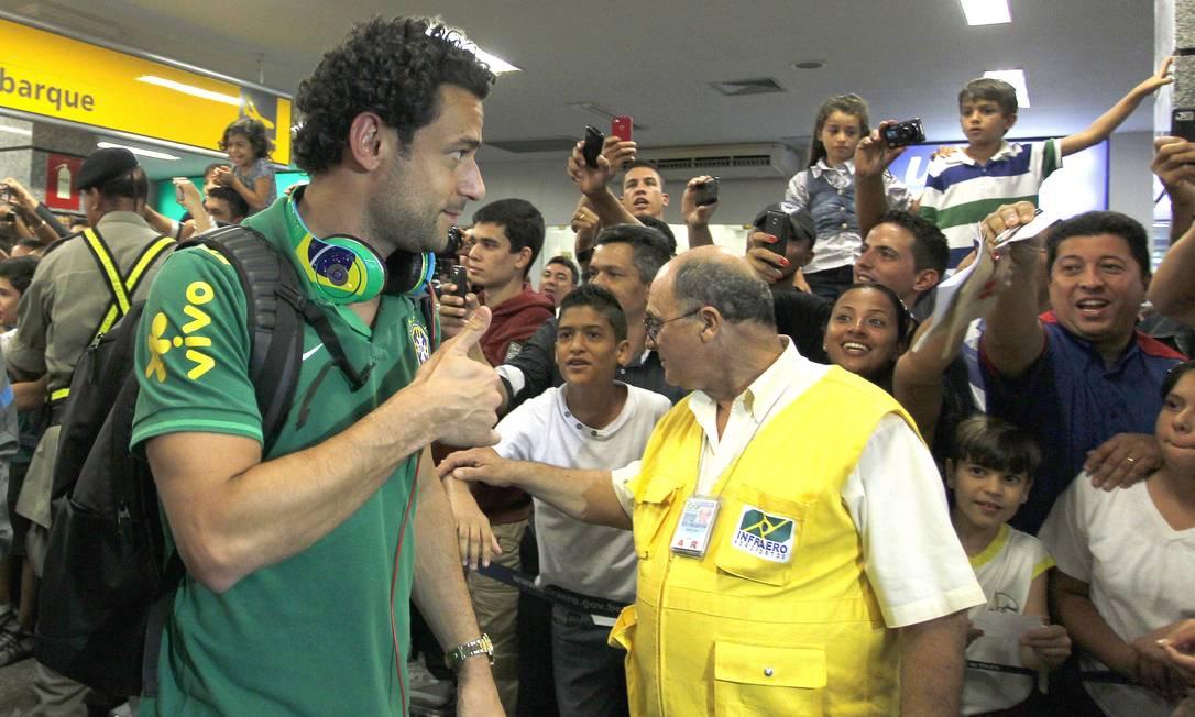 O atacante Fred no desembarque em Goiânia Foto: Ivo Gonzalez / Agência O Globo