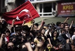Manifestantes carregam bandeira da Turquia em um protesto em Ancara Foto: MARCO LONGARI / AFP