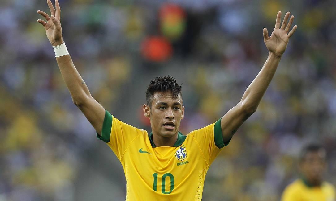 Neymar e a mítica camisa que já foi de Pelé Foto: Wagner Meier / AFP