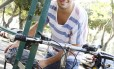 Na falta de um bicicletário, o estudante Cesar Macedo, da UFRJ, prende sua bicicleta num local improvisado