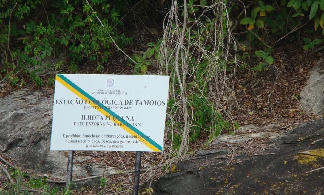 Placa na Estação de Tamoios alerta para a proibição de caça, pesca, mergulho e visitação no local, nas cidades de Angra e Parati Foto: Divulgação