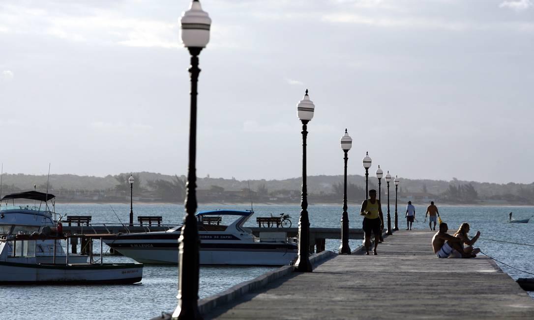 A Praia de Manguinhos: moradores querem suas águas despoluídas Foto: Hudson Pontes / O Globo