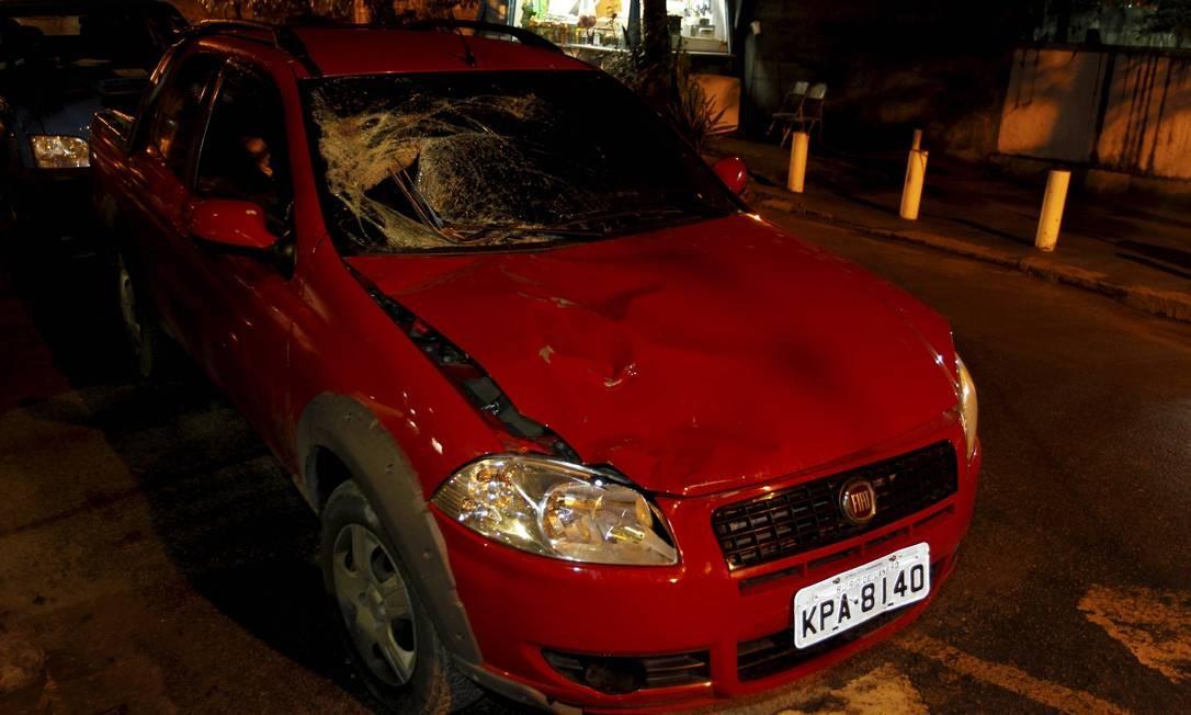 Os estragos na lataria e no para-brisa do Fiat Strada após o acidente: força do impacto fez corpo do garçom cair na caçamba do carro Foto: Domingos Peixoto / O Globo