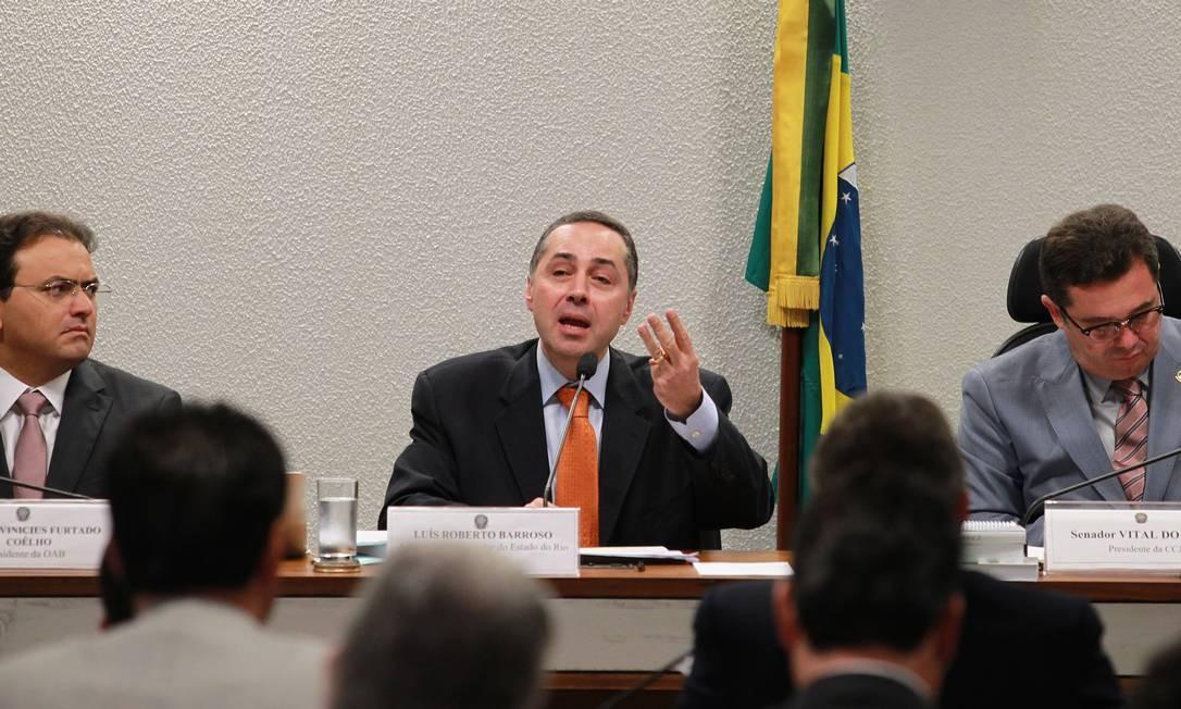Luis Roberto Barroso durante sua exposição na comissão do Senado entre Marcus Vinicius Furtado Coêlho, presidente da OAB, e o senador Vital do Rêgo (PMDB-PB) Foto: Ailton de Freitas / O Globo