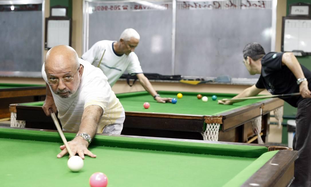 Renovado. Bola de Cristal reúne amantes da sinuca e oferece aulas aos novatos Foto: Agência O Globo / Felipe Hanower