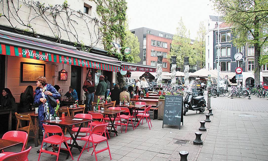 Bar na praça Gerard Douplein, no coração de De Pijp, bairro de Amsterdã Foto: Eduardo Maia / O Globo