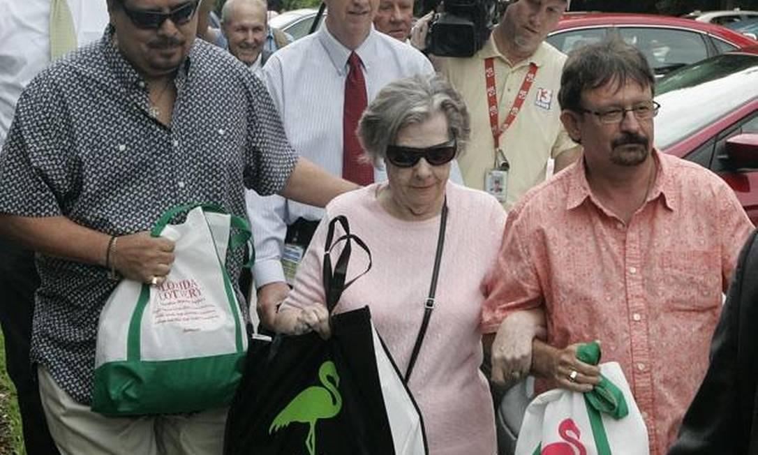 Gloria C. Mackenzie, de 84 anos, deixa o escritório da loteria, onde foi receber o prêmio de US$ 590 milhões Foto: AP / Steve Cannon