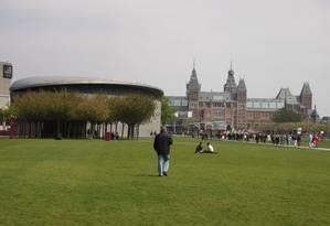 O Rijksmuseum, ao fundo, e o Museu Van Gogh, são as grandes atrações da Museumplein, o setor de museus de Amsterdã. Ambos foram reabertos em 2013 Foto: Eduardo Maia / O Globo