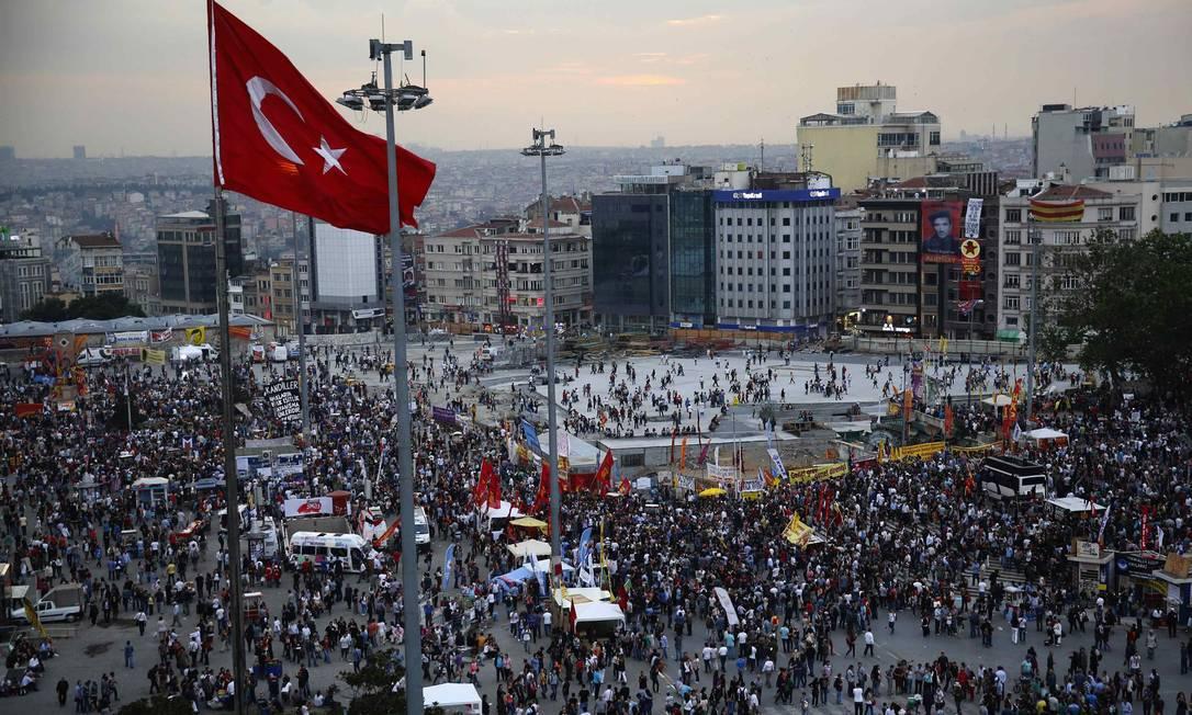 Manifestantes no sexto dia de protestos na Praça Taksim, em Istambul Foto: YANNIS BEHRAKIS / REUTERS